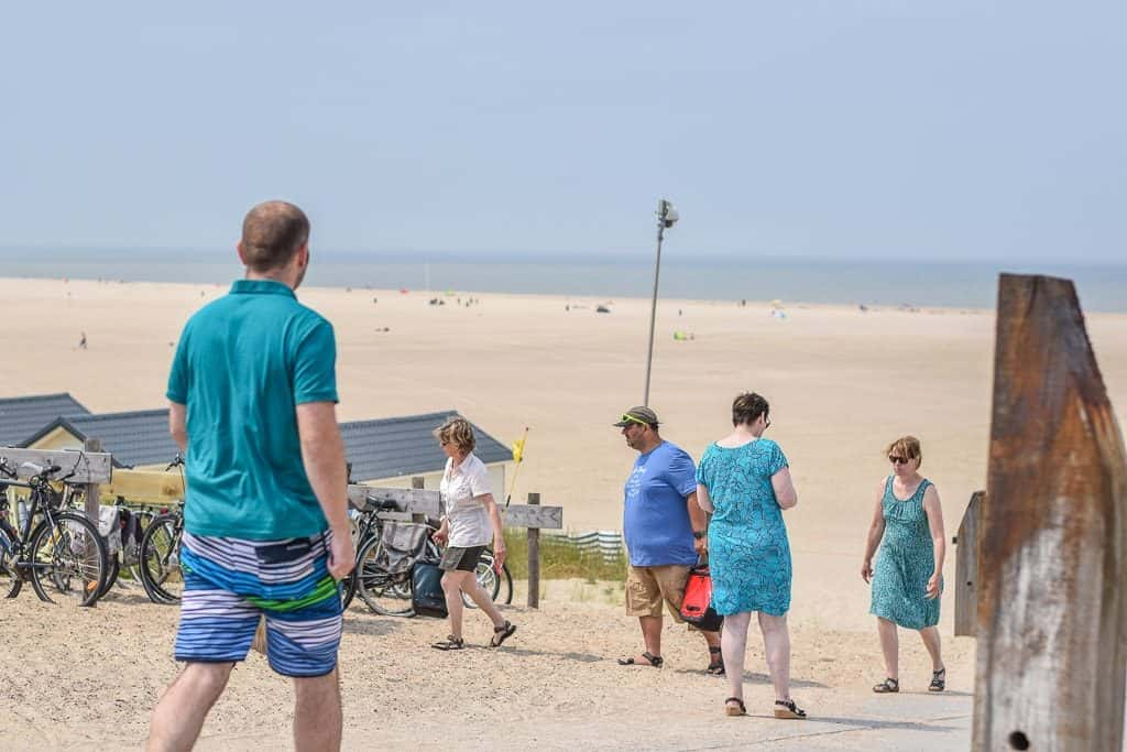 Touristen Fietsen naar strand op vakantie